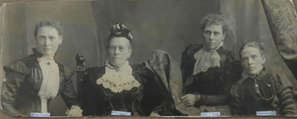 1900 Mrs Agnes Arnot and daughters