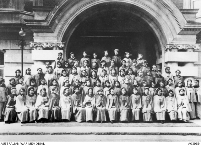 Roberts (2nd row, 2nd left) with AANS London 1915 (AWM A03989)